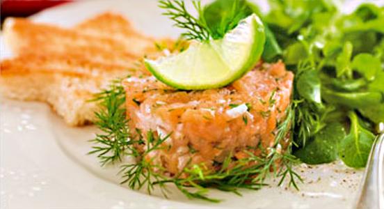 Tártaro de salmão fumado com alface
