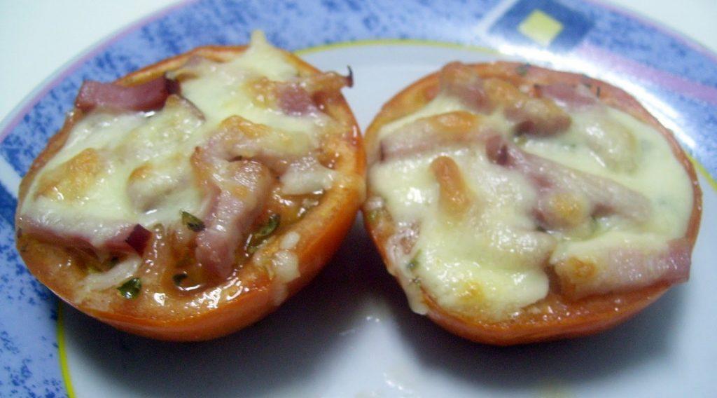 Tomates com queijo e bacon