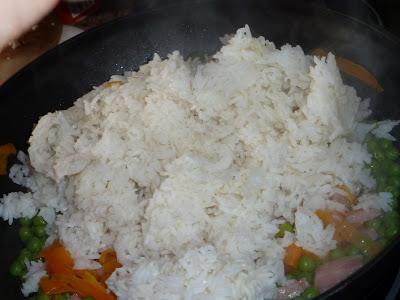 cenoura, presunto, ervilhas e arroz na frigideira