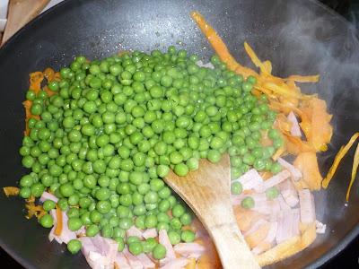 cenoura, presunto e ervilhas na frigideira