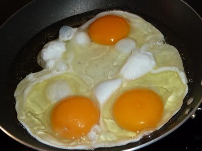 ovos na frigideira