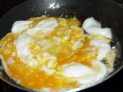 ovos pouco mexidos na frigideira