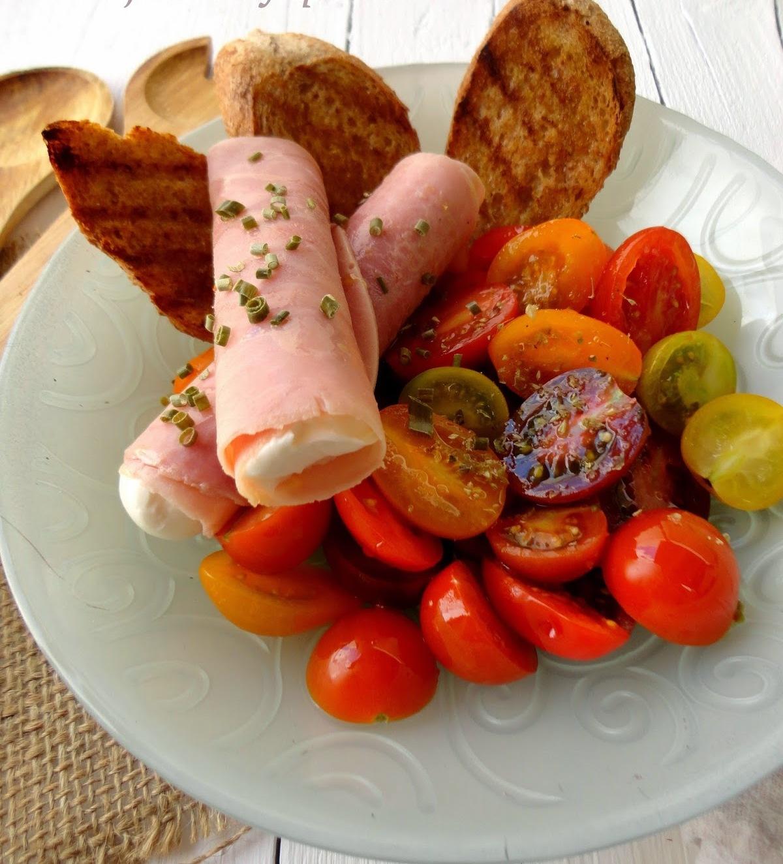Salada Panzanella com rolos de presunto e queijo